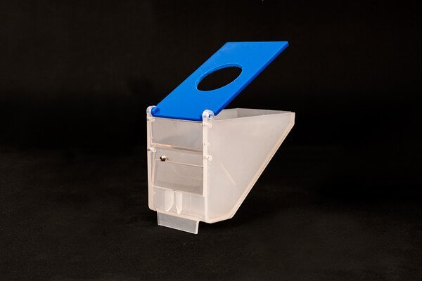 Bird hopper with low hitch and holed lid for wholesale in Spain