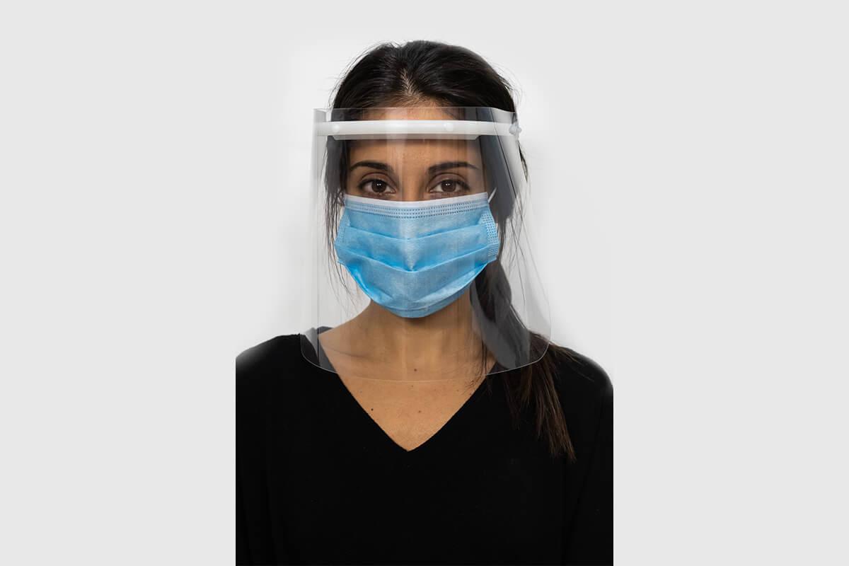 Modelo con pantalla de proteccion facial de fabricación propia