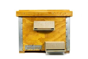 Box for the treatment of varroa in organic bees